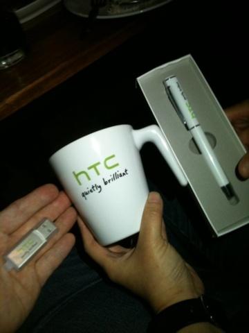 ของรางวัล @yokekung - Flash Drive / @muenue แก้วน้ำ / @nupink ปากกา (แต่ดันลืมไว้ที่ร้าน)
