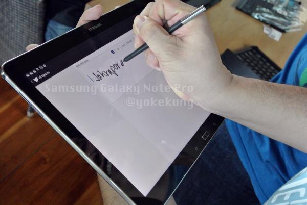 ภาพ @jakrapong สาธิตการใช้ลายมือเขียนในการ tweet ผ่าน official twitter app บน Samsung Galaxy Note Pro