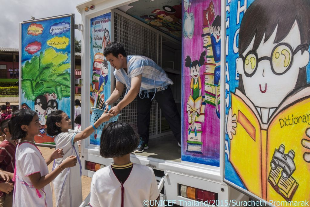 Students help mobile library team to distribute books at Hueypueng School in Maelanoi subdistrict, Maehongsorn.